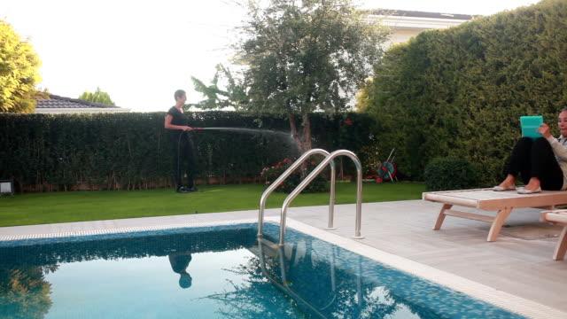 vídeos de stock e filmes b-roll de hd: jardim & piscina - terreno