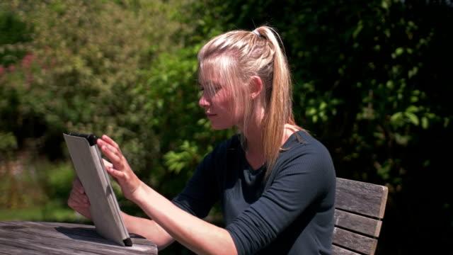 giardino tablet pc - giardino domestico video stock e b–roll