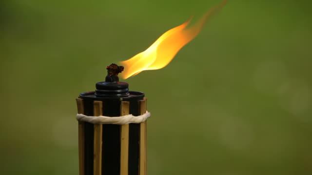 vidéos et rushes de torche de flamme jardin - kérosène