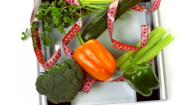 vidéos et rushes de hd: jardin de légumes sur un pèse-personne - balance