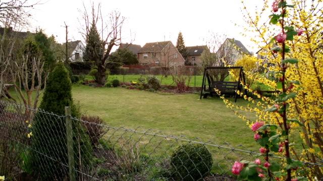 vídeos y material grabado en eventos de stock de crane de: al jardín - formal garden