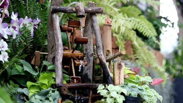 vídeos de stock e filmes b-roll de jardim cascata decore - rebento de bambu