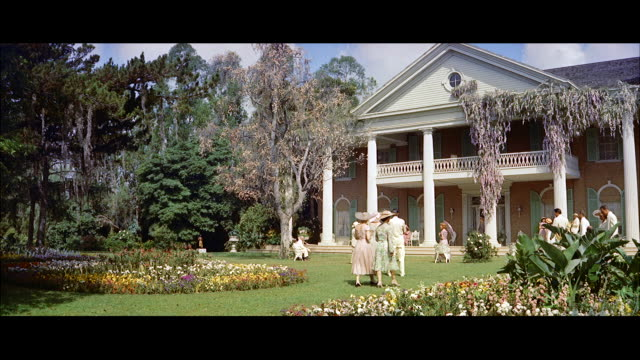 ms zi gardens and lawns to large colonial mansion / new york, united states - kolonialstil stock-videos und b-roll-filmmaterial