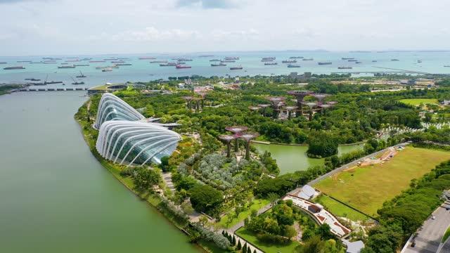 stockvideo's en b-roll-footage met gardens by the bay, flying towards skyline singapore. marina bay in singapore. - singapore