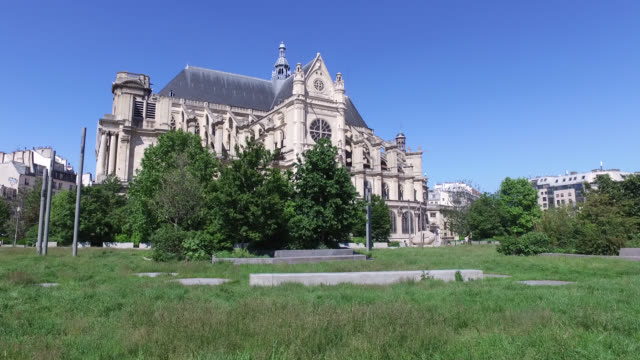 gardens in front of les halles with closed lawn access 75001 paris view of the sainteustache church parks and gardens in the city of paris remain... - wolkenloser himmel stock-videos und b-roll-filmmaterial