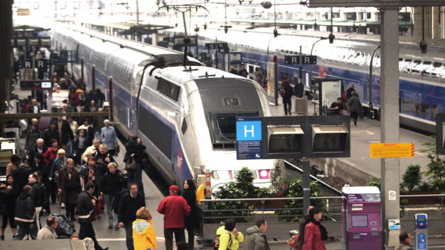 stockvideo's en b-roll-footage met t/l ws gare de lyon train station with crowds / paris, france - perron