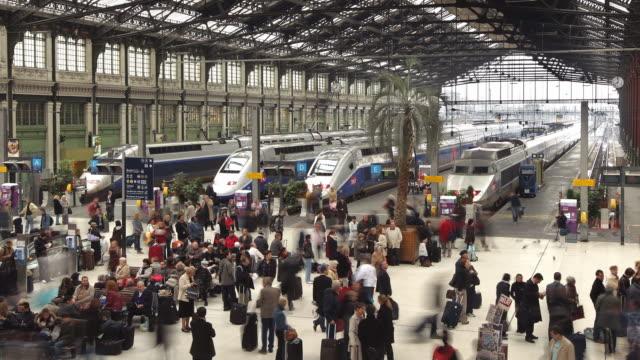 T/L WS Gare de Lyon train station with crowds / Paris, France