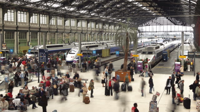 t/l ws gare de lyon train station with crowds / paris, france - station stock videos & royalty-free footage