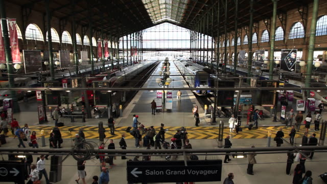 vidéos et rushes de gare du nord train station, wide high angle view, paris, france - station