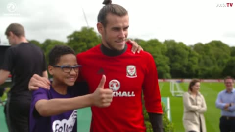 gareth bale suprises young fan at welsh training session; wales: ext wales and real madrid footballer gareth bale signing autographs for fans as... - 親筆簽名 個影片檔及 b 捲影像