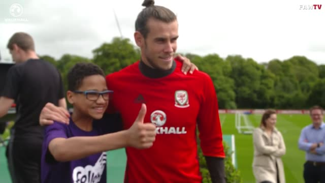 vídeos y material grabado en eventos de stock de gareth bale suprises young fan at welsh training session wales ext wales and real madrid footballer gareth bale signing autographs for fans as... - camiseta