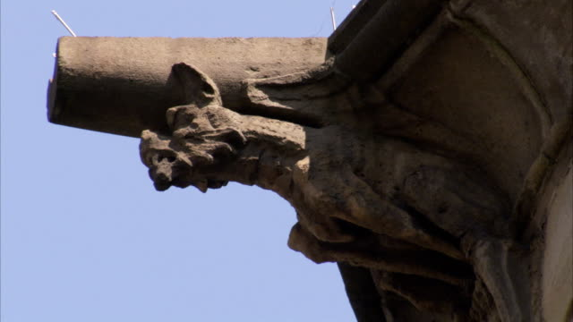 a gargoyle juts from an exterior corner of the manchester town hall. available in hd. - rathaus stock-videos und b-roll-filmmaterial