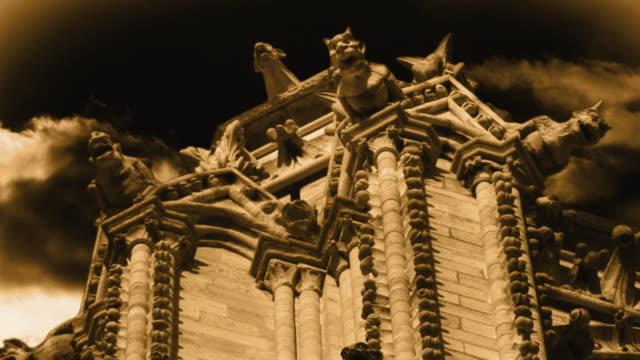 vidéos et rushes de t/l, composite, gargoyles on notre dame cathedral at night, paris, france - procédé croisé