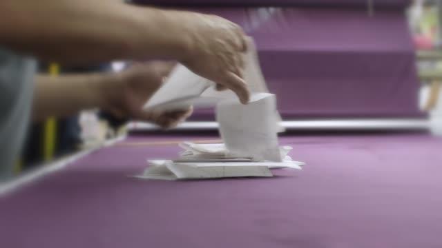 vídeos de stock, filmes e b-roll de fábrica de vestuário-tabela padrão do cortador - papel