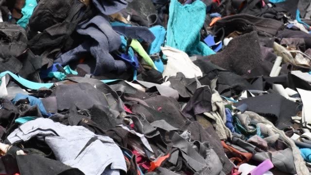 garment factory waste at a dumping site in dhaka - 成衣 衣服 個影片檔及 b 捲影像