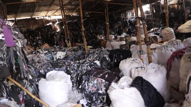 vidéos et rushes de garment leftovers at a jhoot godown in savar near dhaka - usine textile