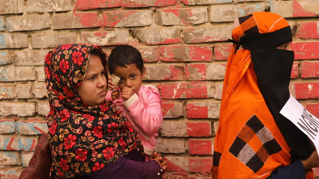 vídeos y material grabado en eventos de stock de garments worker waits for aid during coronavirus pandemic in dhaka, bangladesh on april 22, 2021. bangladeshi readymade garment labourers have lost... - modo de vida no saludable
