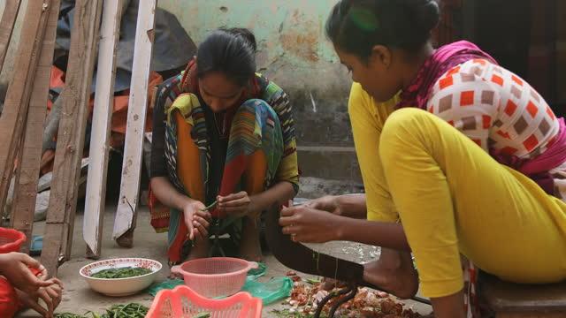 vídeos y material grabado en eventos de stock de garments workers preparing food in dhaka, bangladesh on april 22, 2021. bangladeshi readymade garment labourers have lost their jobs during the... - modo de vida no saludable