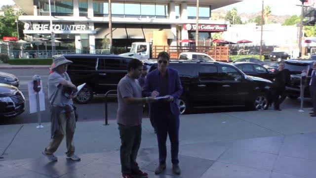 garrett hedlund outside the directors guild of america in los angeles at celebrity sightings in los angeles on november 04, 2017 in los angeles,... - アメリカ監督組合点の映像素材/bロール