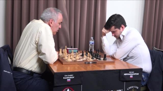 stockvideo's en b-roll-footage met garry kasparov quien domino los tableros de ajedrez durante quince anos experimento su primera derrota el martes desde su retorno a la competicion en... - experimento