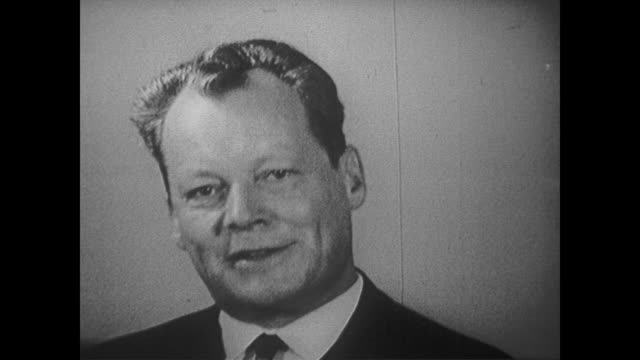 vidéos et rushes de garry moore introduces berlin mayor willy brandt who discusses communism and the creation of the berlin wall - programme de télévision