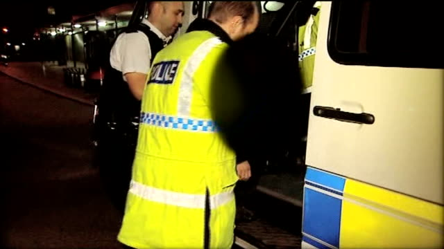 vidéos et rushes de three teenagers sentenced to life imprisonment; 9.2.08 chester: ext/night police officer questioning 13-year-old youth in street police officer's... - demi finale