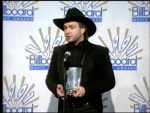stockvideo's en b-roll-footage met garth brooks at the 1991 billboard music awards on january 1 1991 - 1991