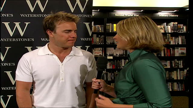 gary barlow book signing and interview england london waterstones int * * intermittent flash photography throughout * * gary barlow along into room... - book signing stock videos & royalty-free footage