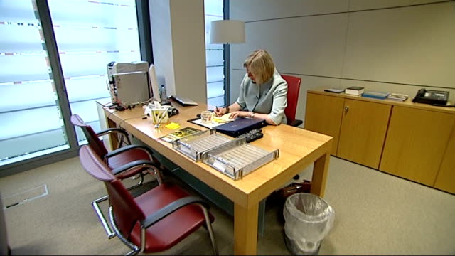 gary mckinnon extradition case: new medical evidence; r13071002 / 13.7.2010 home office: theresa may mp working at her desk in office side view may... - クリス ヒューン点の映像素材/bロール