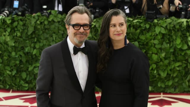 vidéos et rushes de gary oldman and gisele schmidt at heavenly bodies: fashion & the catholic imagination costume institute gala at the metropolitan museum of art on may... - gala