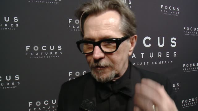 vídeos de stock e filmes b-roll de interview gary oldman on winning on how he's feeling all the people and the energy of the night on the globes and time's up and all the changes going... - gary oldman