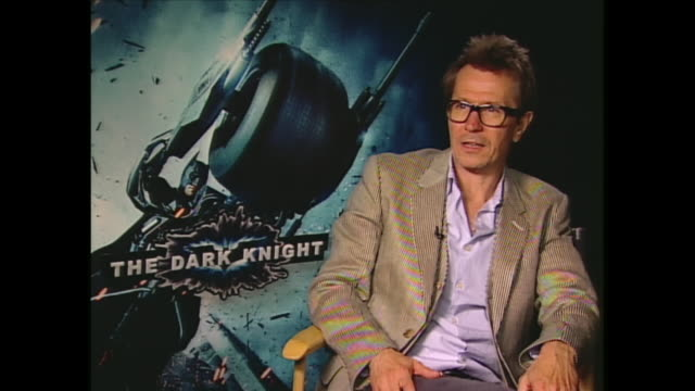 vídeos de stock, filmes e b-roll de gary oldman talks about working with heath ledger on the dark knight - heath ledger