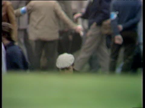 vídeos de stock, filmes e b-roll de gary player walks up hill towards 2nd green world matchplay championship final wentworth 1971 - evento da associação de golfistas profissionais