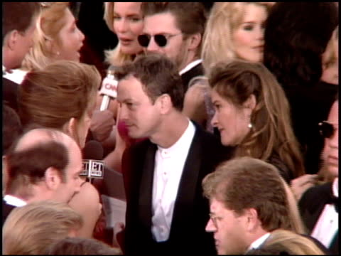 gary sinise at the 1995 academy awards arrivals at the shrine auditorium in los angeles, california on march 27, 1995. - shrine auditorium 個影片檔及 b 捲影像
