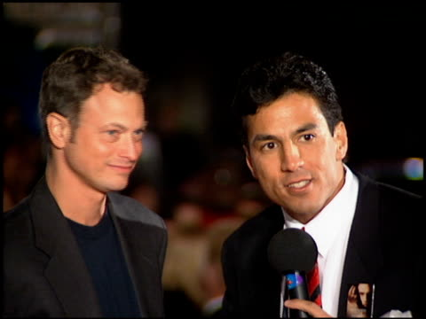 gary sinise at the 'interview with the vampire' premiere at the mann village theatre in westwood california on november 9 1994 - レジェンシービレッジシアター点の映像素材/bロール