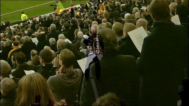 vídeos y material grabado en eventos de stock de tribute at newcastle united match england newcastle st james' park ext newcastle united 1 swansea 1 fans and players singing hymn 'bread of heaven'... - coro