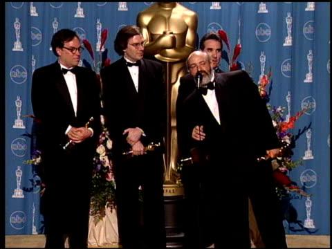 vídeos de stock e filmes b-roll de gary summers at the 1998 academy awards at the shrine auditorium in los angeles california on march 23 1998 - 70.ª edição da cerimónia dos óscares