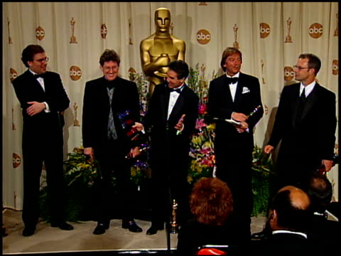 vídeos y material grabado en eventos de stock de gary summers at the 1999 academy awards at the shrine auditorium in los angeles california on march 21 1999 - 71ª ceremonia de entrega de los óscars