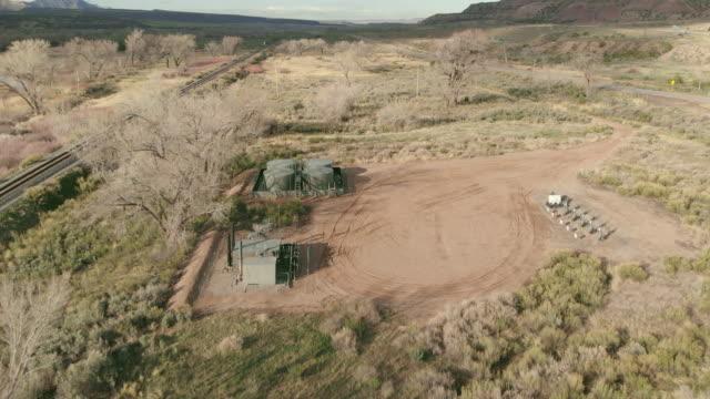 vídeos de stock, filmes e b-roll de gás e equipamento de petróleo equipamento canyon remoto localização no oeste dos eua em crepúsculo 4k drone video - usa