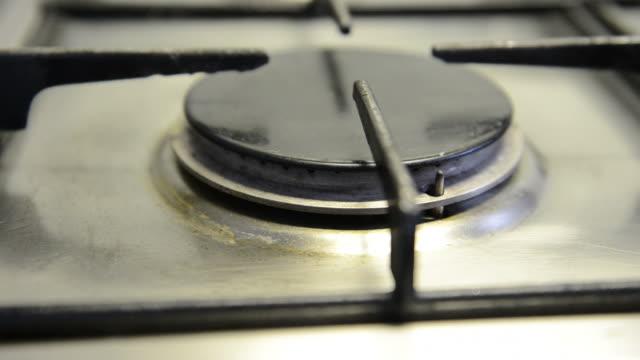 vídeos de stock, filmes e b-roll de queimador a gás está ligado, detalhe - ignição