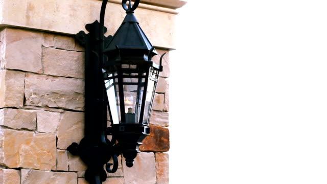 vídeos de stock e filmes b-roll de gravação de lâmpada o lado de uma parede - lâmpada elétrica