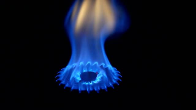 ガス薪ストーブで - ガスコンロ点の映像素材/bロール