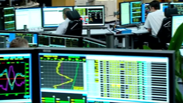gas companies accused of price fixing file date unknown city traders at computer screens - ローラ・クエンスバーグ点の映像素材/bロール