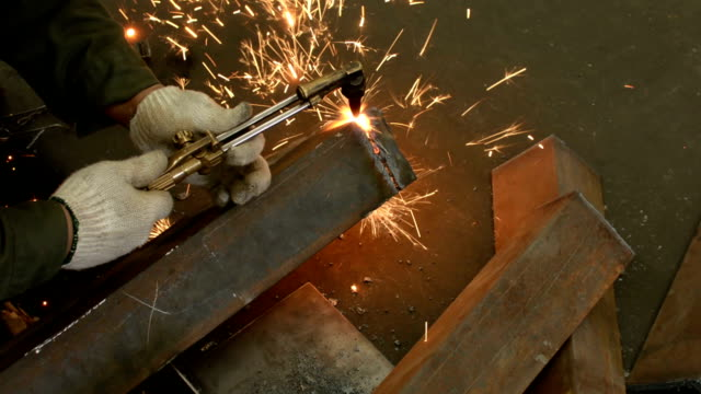 vídeos de stock e filmes b-roll de gas cutting - maçarico de soldar