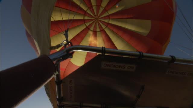 vídeos y material grabado en eventos de stock de cu, la, gas flame shooting into hot air balloon, victoria, australia - globo aerostático