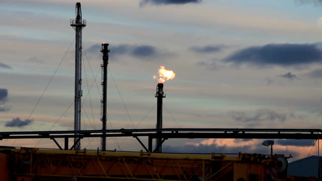gas flare at oil refinery - 燃焼煙突点の映像素材/bロール