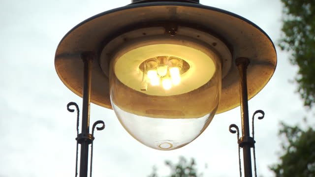 gas powered street light turning on, london - straßenlaterne stock-videos und b-roll-filmmaterial