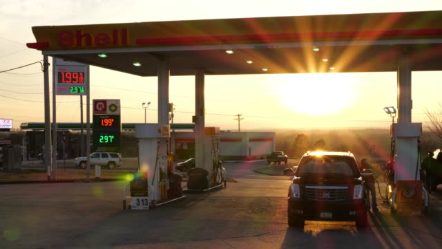 vidéos et rushes de gas price is low at christmas time in america. - essence