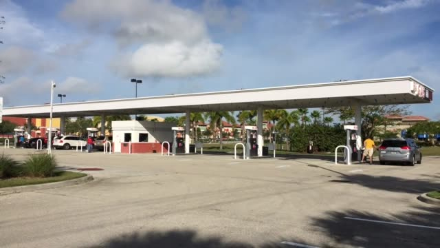 stockvideo's en b-roll-footage met gas prices in fort myers florida drop below the national average of $2 per gallon - fort myers