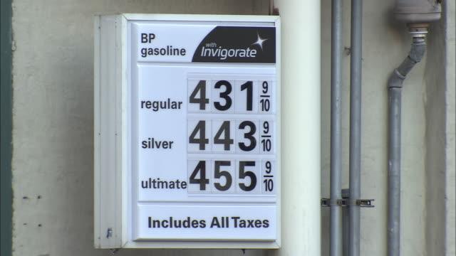 vídeos y material grabado en eventos de stock de cu, gas prices sign at gas station, new york city, new york, usa - inflación